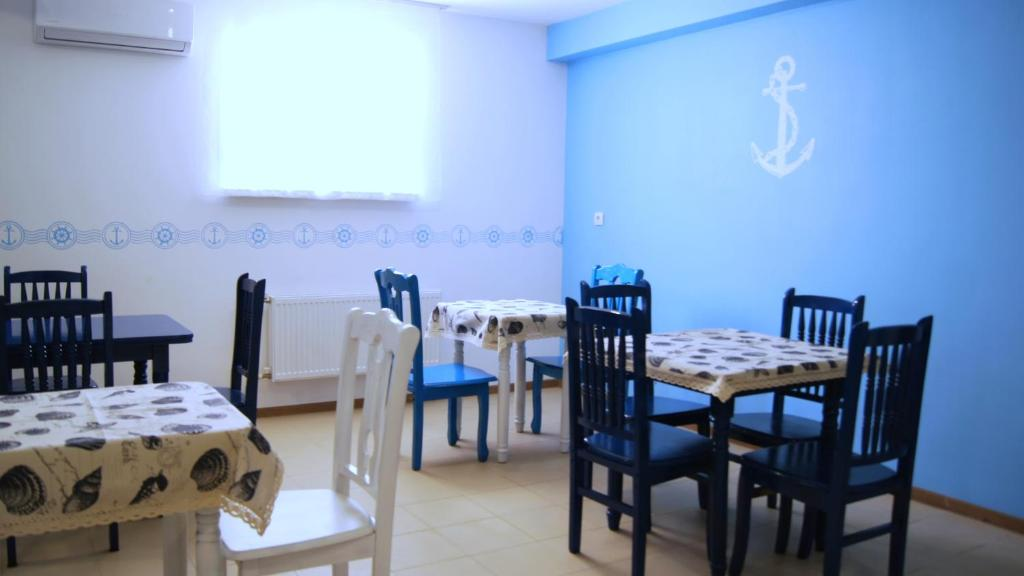 A restaurant or other place to eat at Hostel Yakor