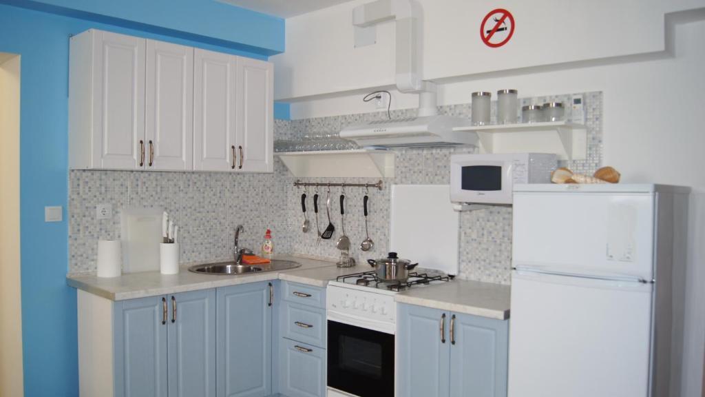 A kitchen or kitchenette at Hostel Yakor