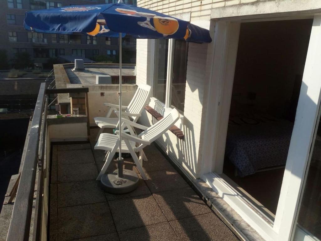 Ein Balkon oder eine Terrasse in der Unterkunft The coolest baby penthouse in Oostende
