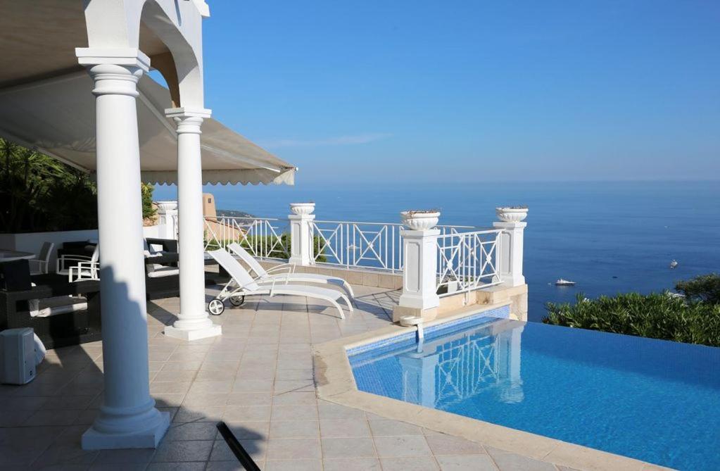 Der Swimmingpool an oder in der Nähe von Villa MARìNE