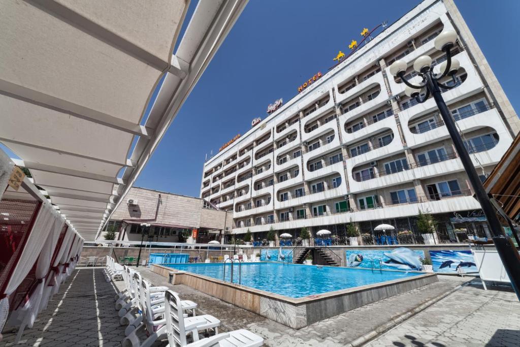 Swimming pool sa o malapit sa Hotel Osh-Nuru