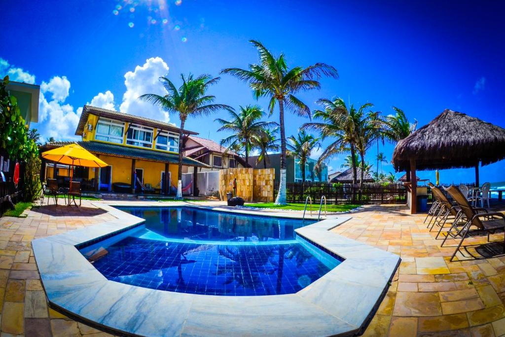 A piscina localizada em Suites Sol & Mar ou nos arredores