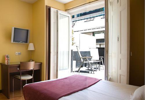Een bed of bedden in een kamer bij Hostal Astoria