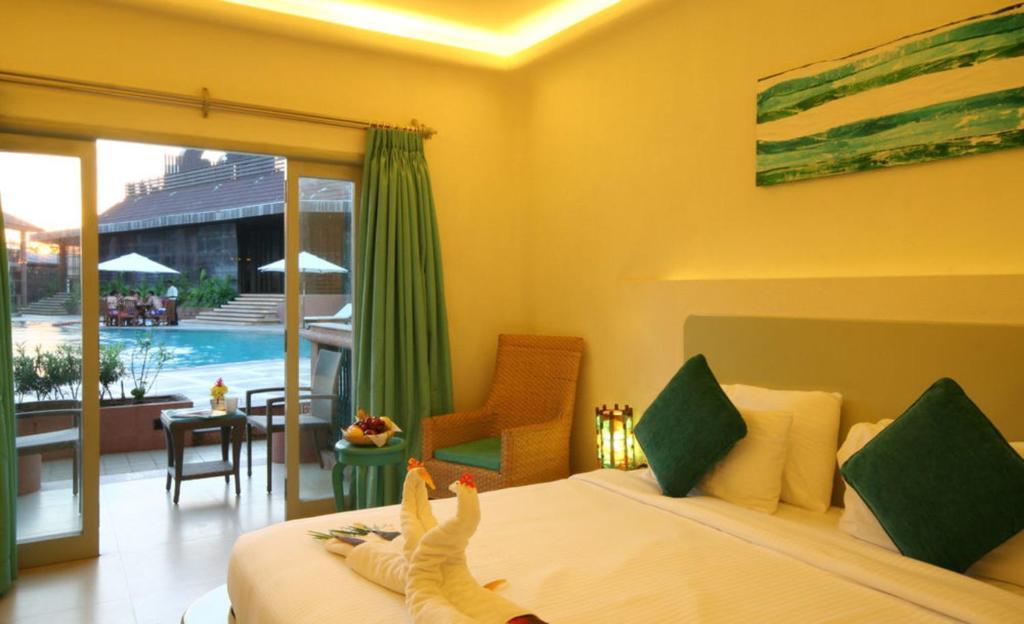 Вид на бассейн в The Golden Crown Hotel & Spa или окрестностях