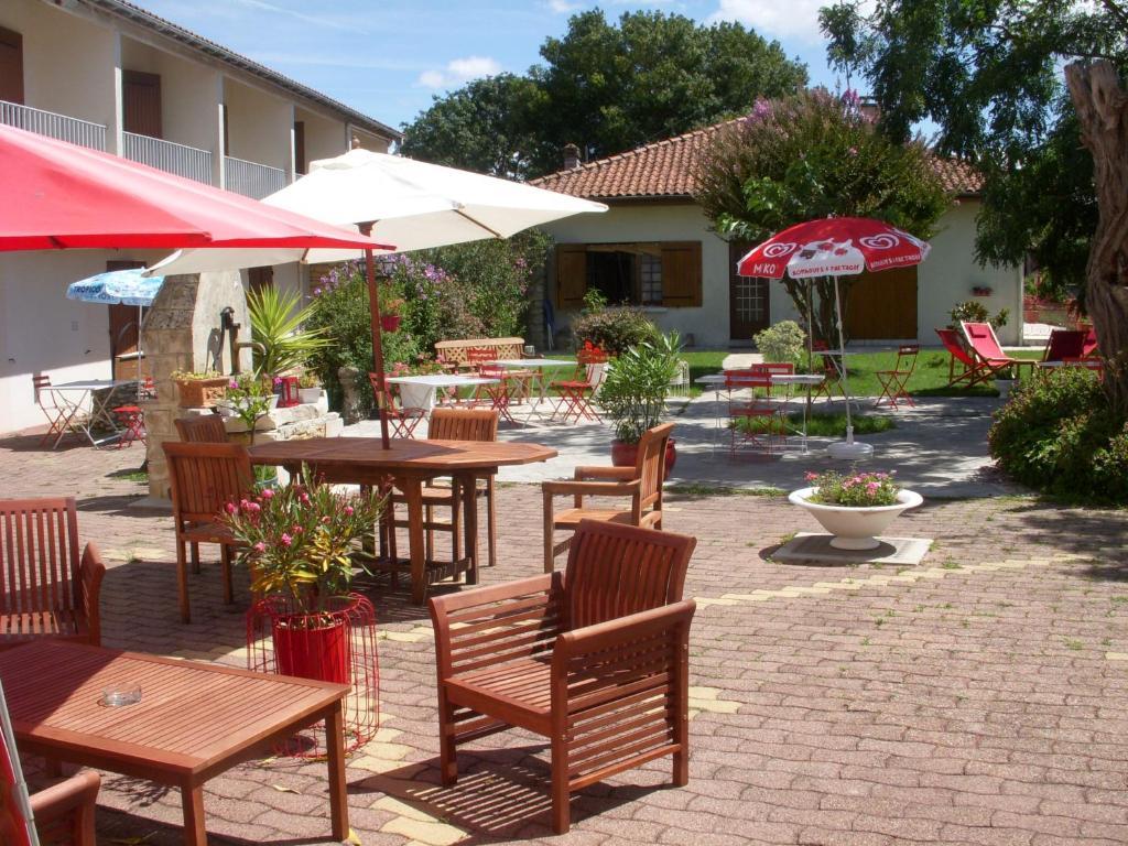 Restaurant ou autre lieu de restauration dans l'établissement Hotel Les Vieux Acacias