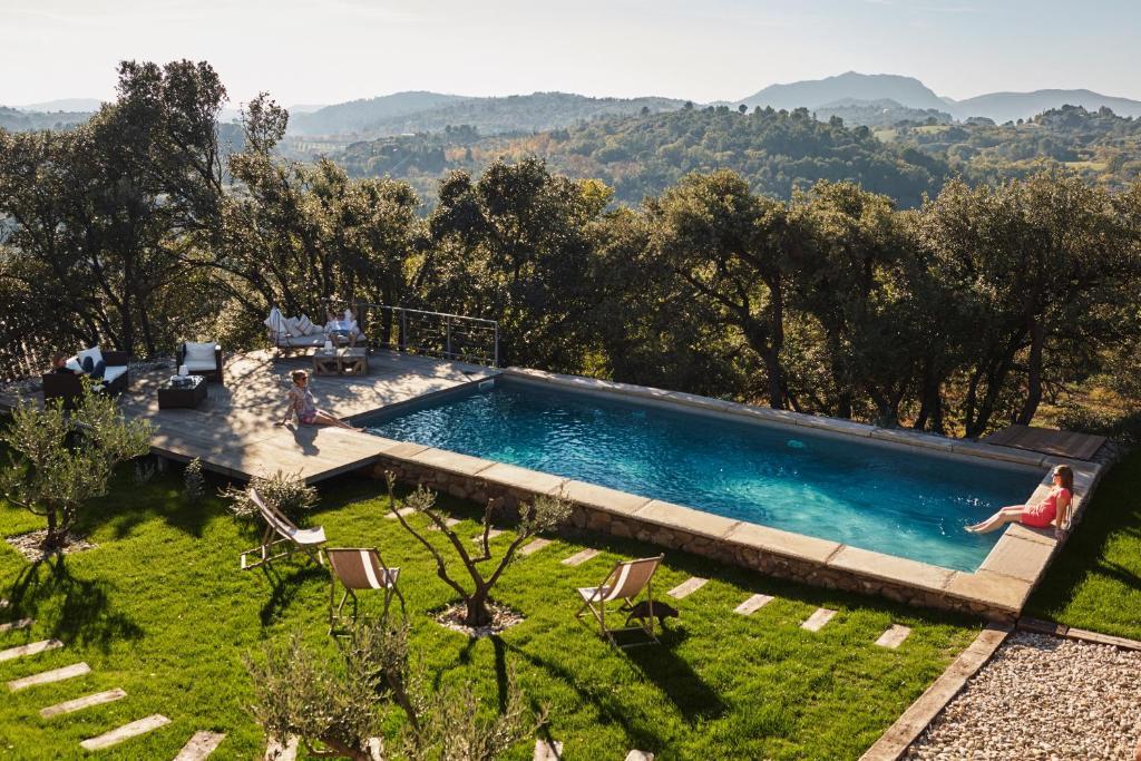 Vue sur la piscine de l'établissement Clos des Coustoulins ou sur une piscine à proximité