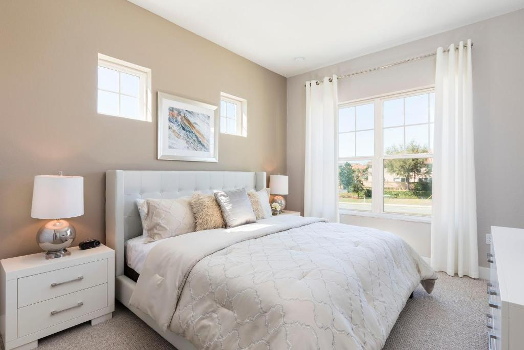 A bed or beds in a room at Summerville Vacation Homes by Columbia Management