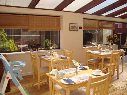 Un restaurante o sitio para comer en Oak House BB
