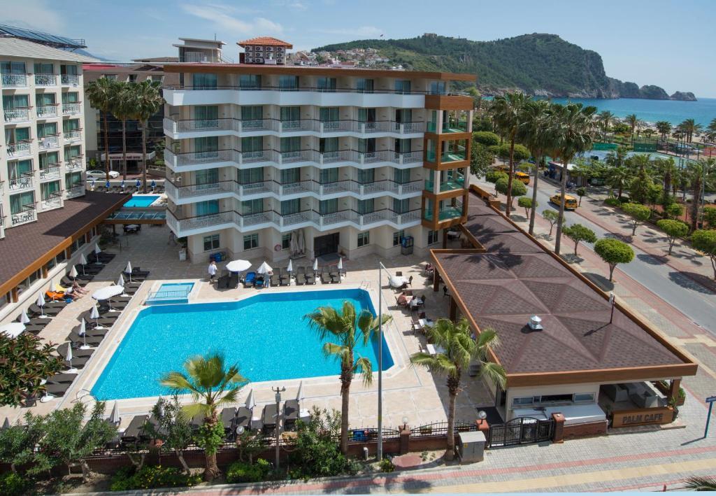 Utsikt över poolen vid Riviera Hotel & Spa eller i närheten