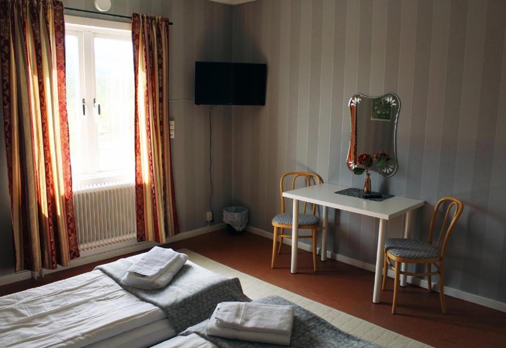 En tv och/eller ett underhållningssystem på Ammarnäsgården Fjällhotell och Vandrarhem