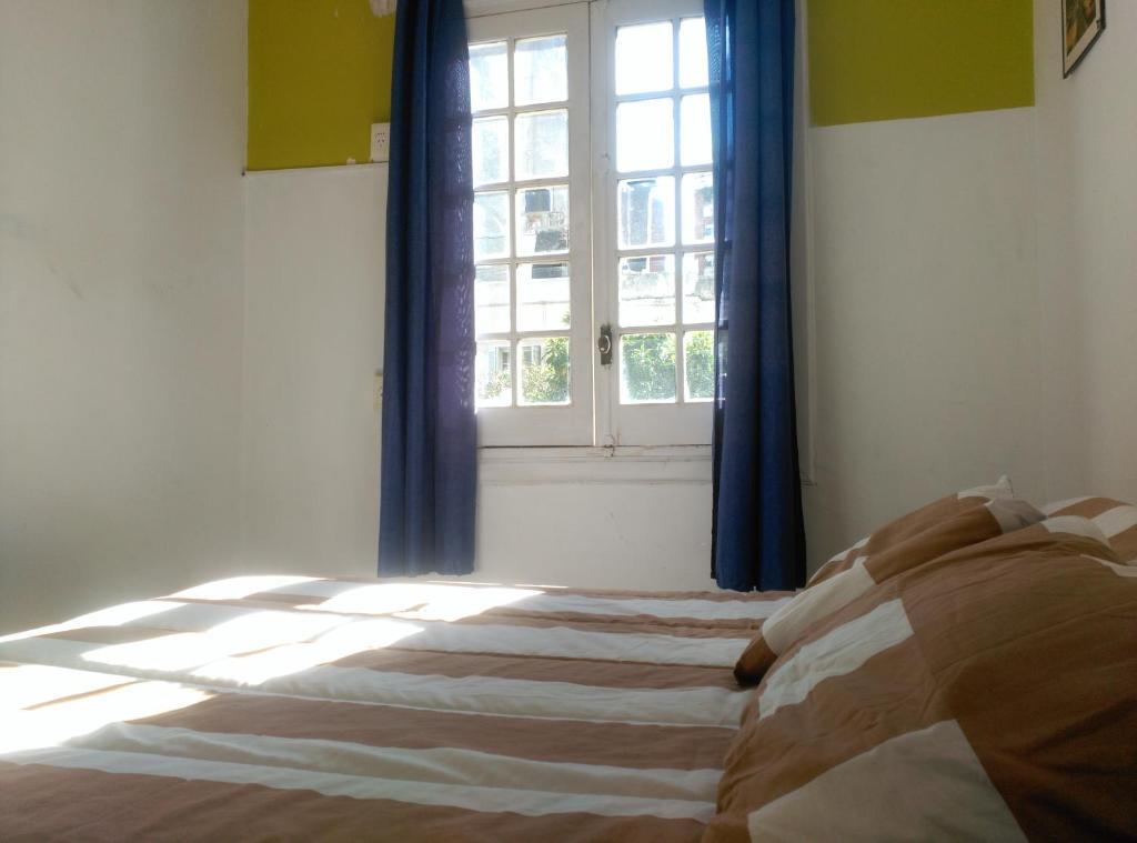 Een bed of bedden in een kamer bij Pocitos Hostel