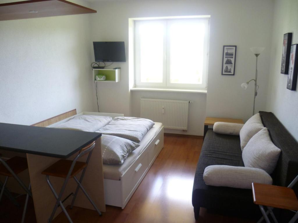 Televízia a/alebo spoločenská miestnosť v ubytovaní Apartmán Almet 102