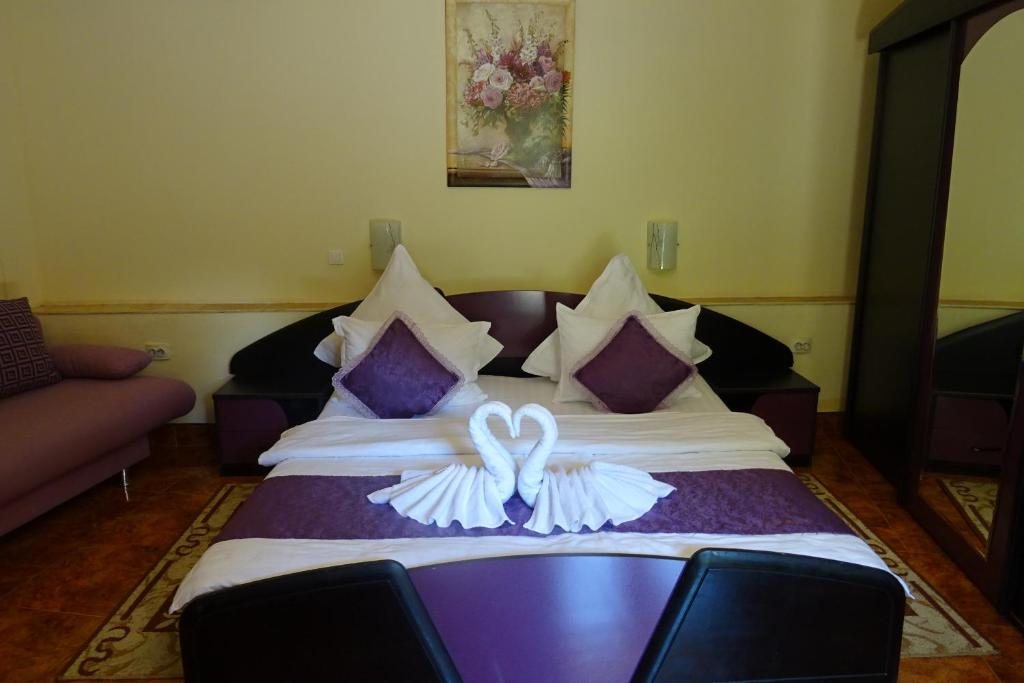 A bed or beds in a room at Pension Cuibul Viselor