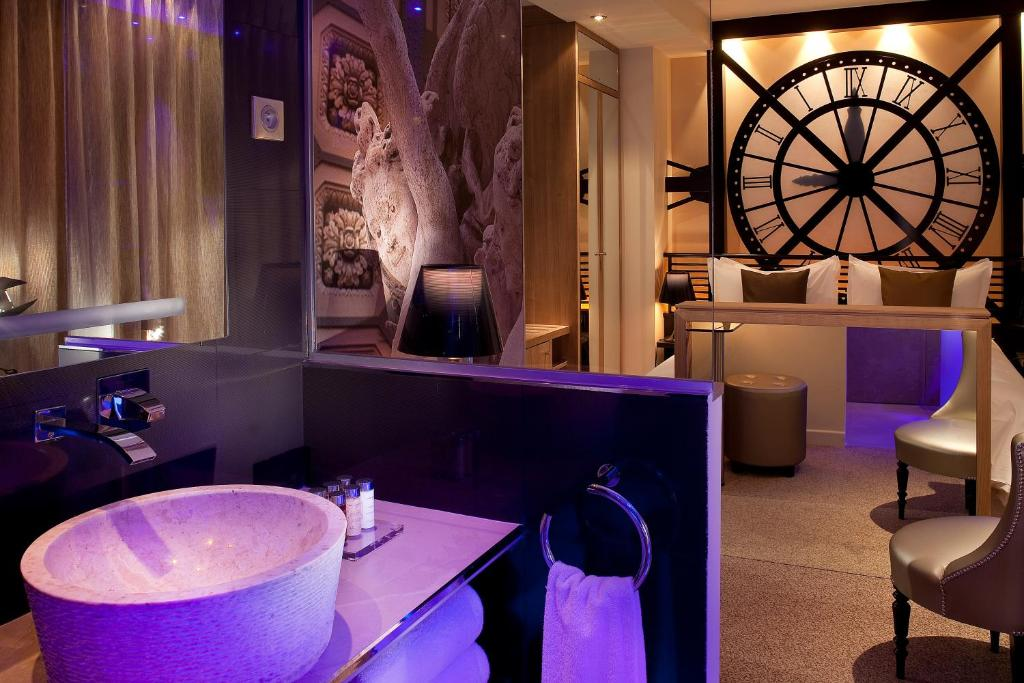The lounge or bar area at Hotel Design Secret de Paris