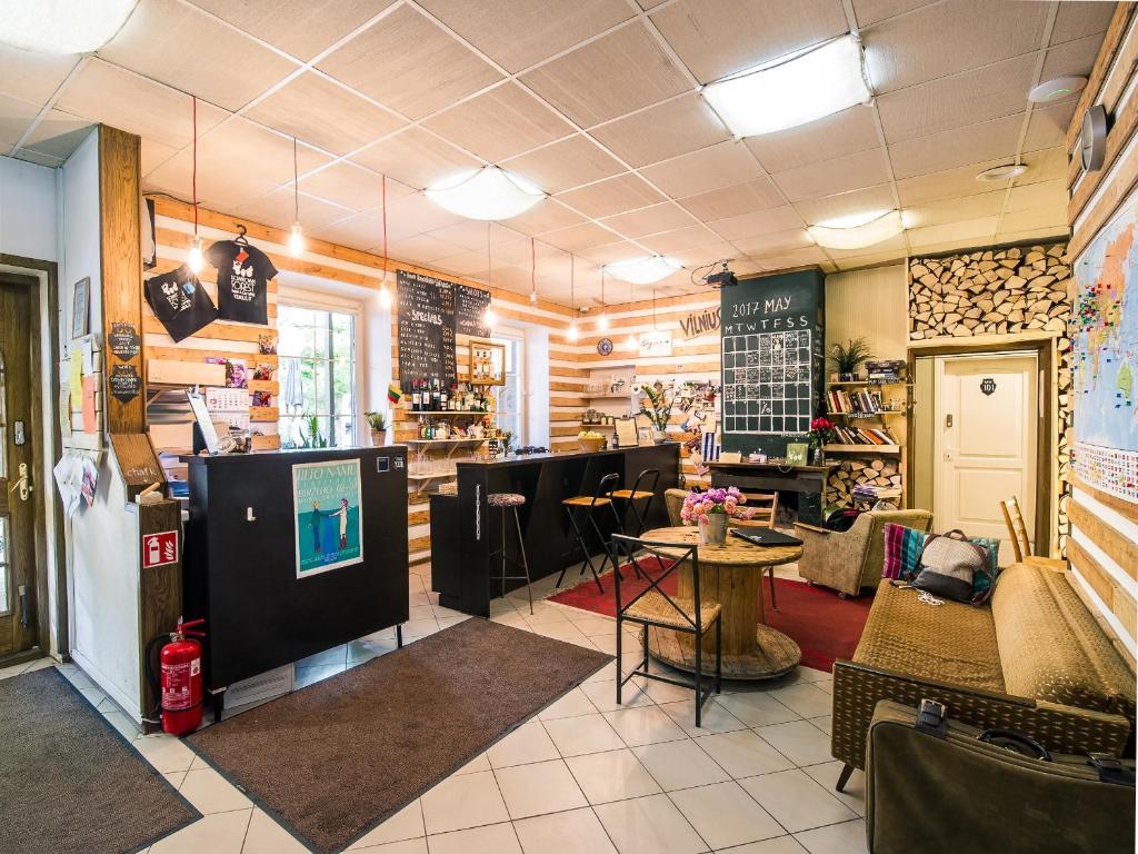 Ein Restaurant oder anderes Speiselokal in der Unterkunft Downtown Forest Hostel & Camping