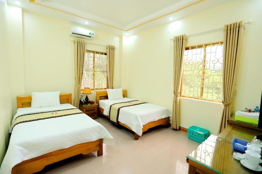 Giường trong phòng chung tại Huy Hoan Hotel