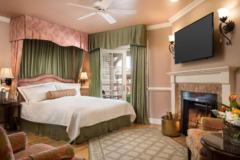 A bed or beds in a room at Spindrift Inn