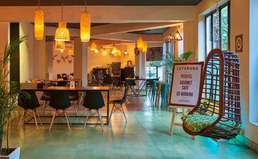 A restaurant or other place to eat at LetsBunk Poshtel