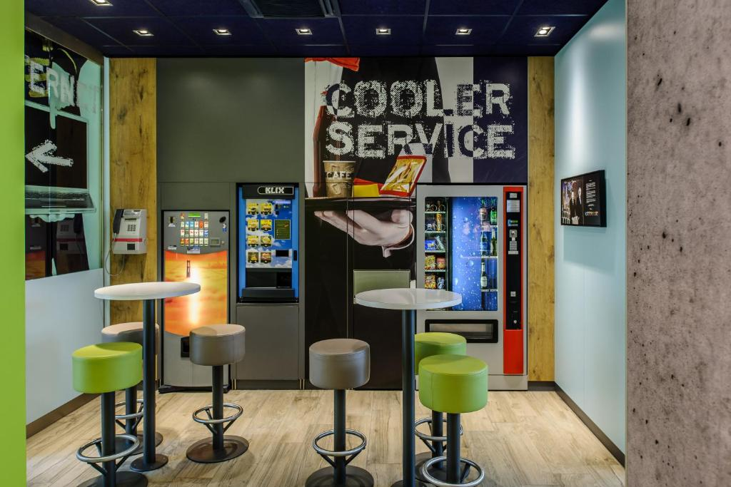 The lounge or bar area at ibis budget Muenchen City Sued