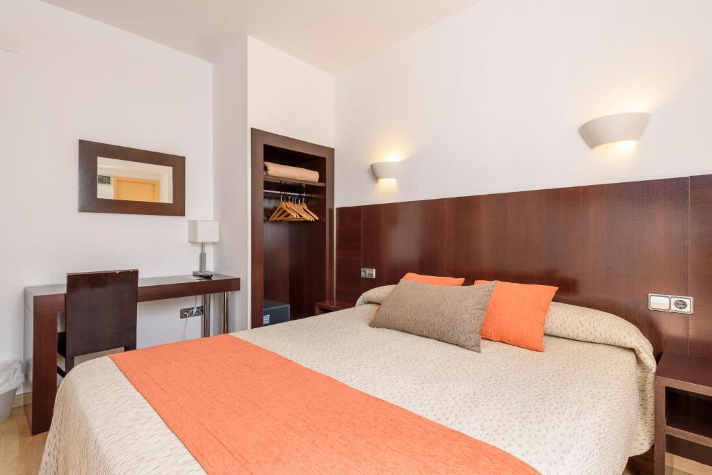 Een bed of bedden in een kamer bij Hostal Florencio