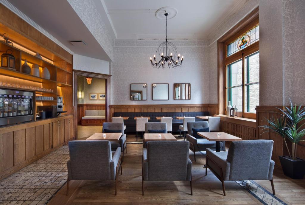 The lounge or bar area at Auberge Saint-Pierre