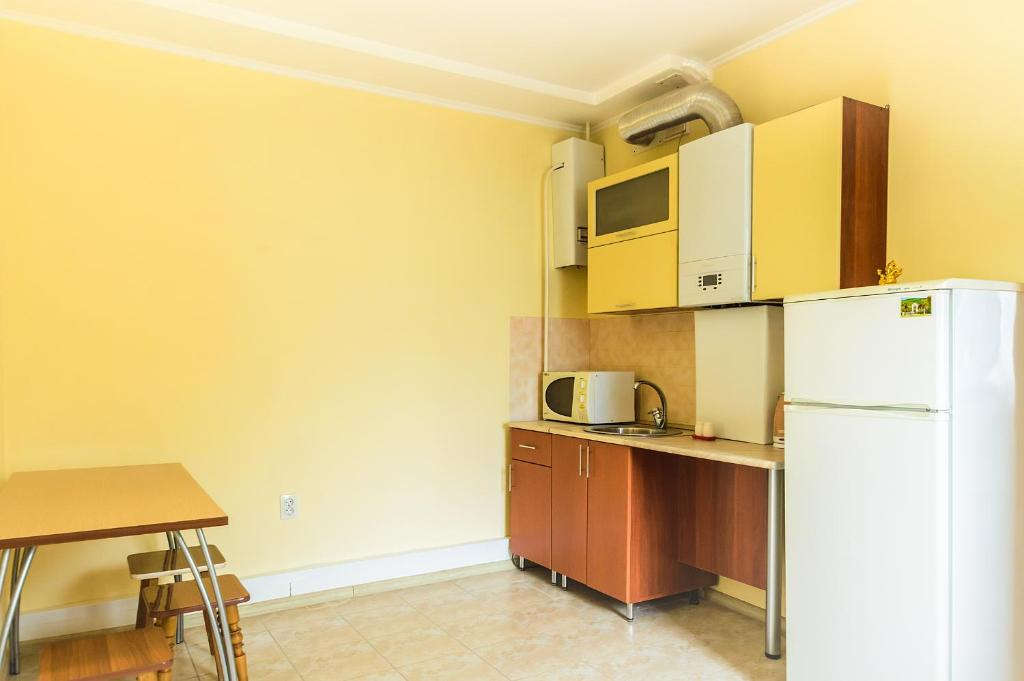 A kitchen or kitchenette at Guest House Berezka