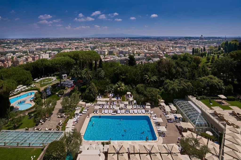Vista sulla piscina di Rome Cavalieri, A Waldorf Astoria Hotel o su una piscina nei dintorni