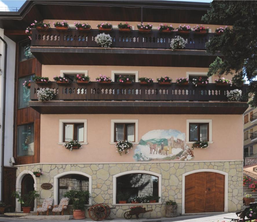 Hotel Lo Scoiattolo Roccaraso Italy Booking Com