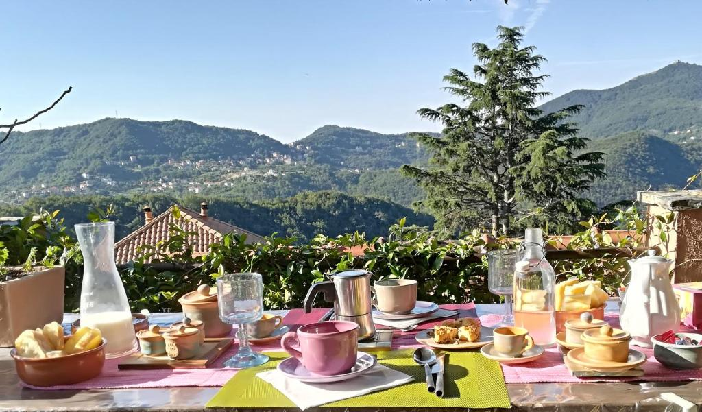 Vista generica sulle montagne o vista sulle montagne dall'interno del bed & breakfast