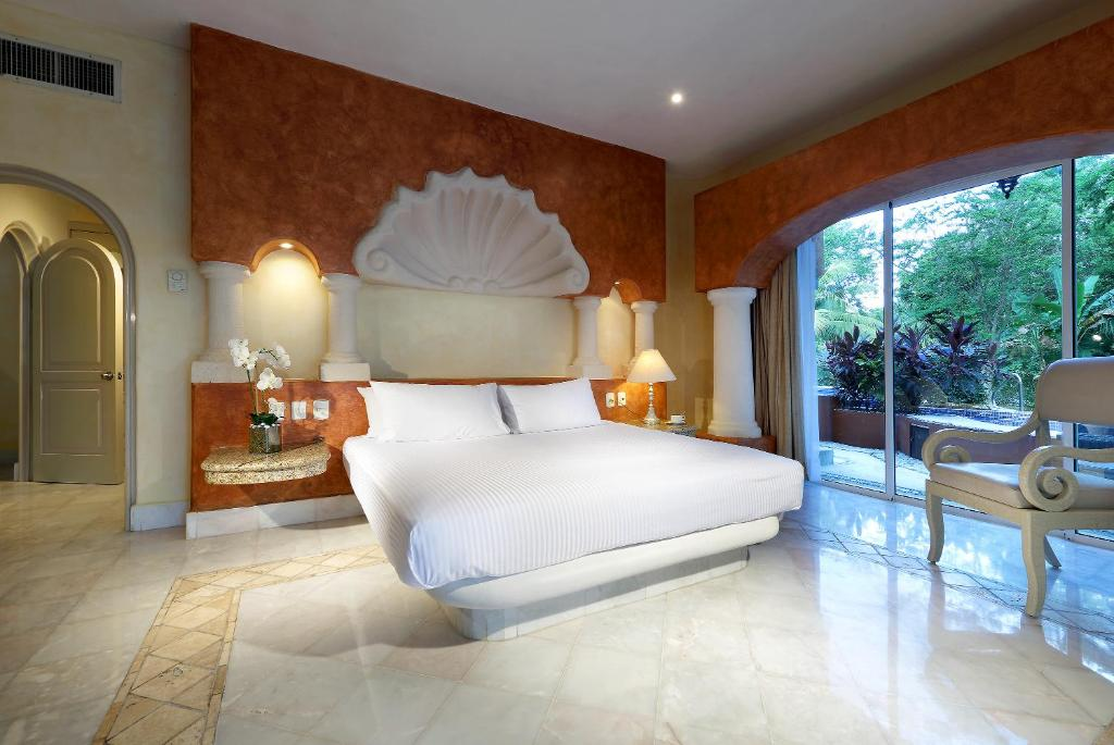 A bed or beds in a room at Eurostars Hacienda Vista Real