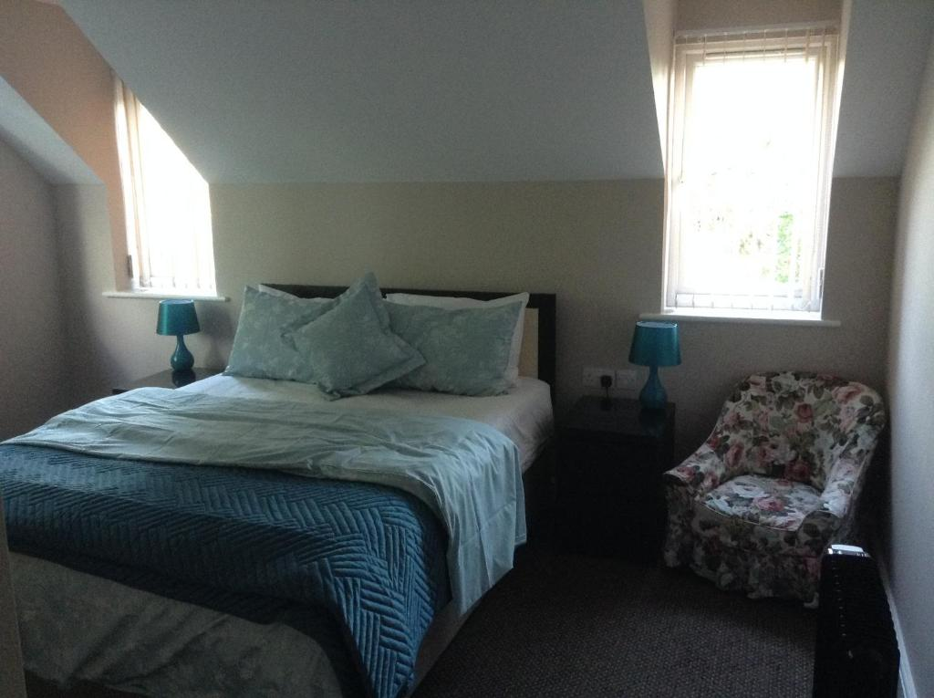 A bed or beds in a room at B&B Dorwyn Manor