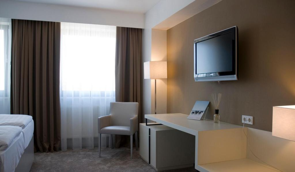 A television and/or entertainment centre at Pearl Hotel