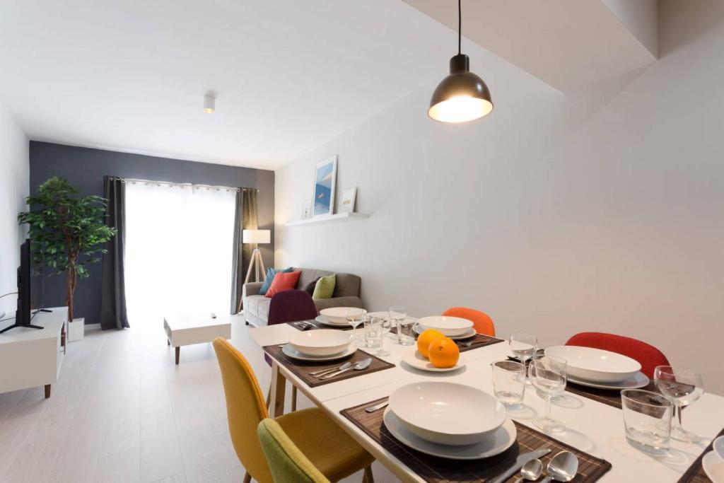 Un restaurante o sitio para comer en Modern 3 Bedroom near Balluta Bay