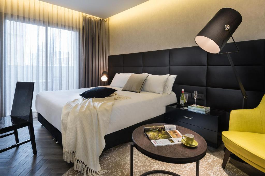 Cama ou camas em um quarto em Leonardo Boutique Jerusalem