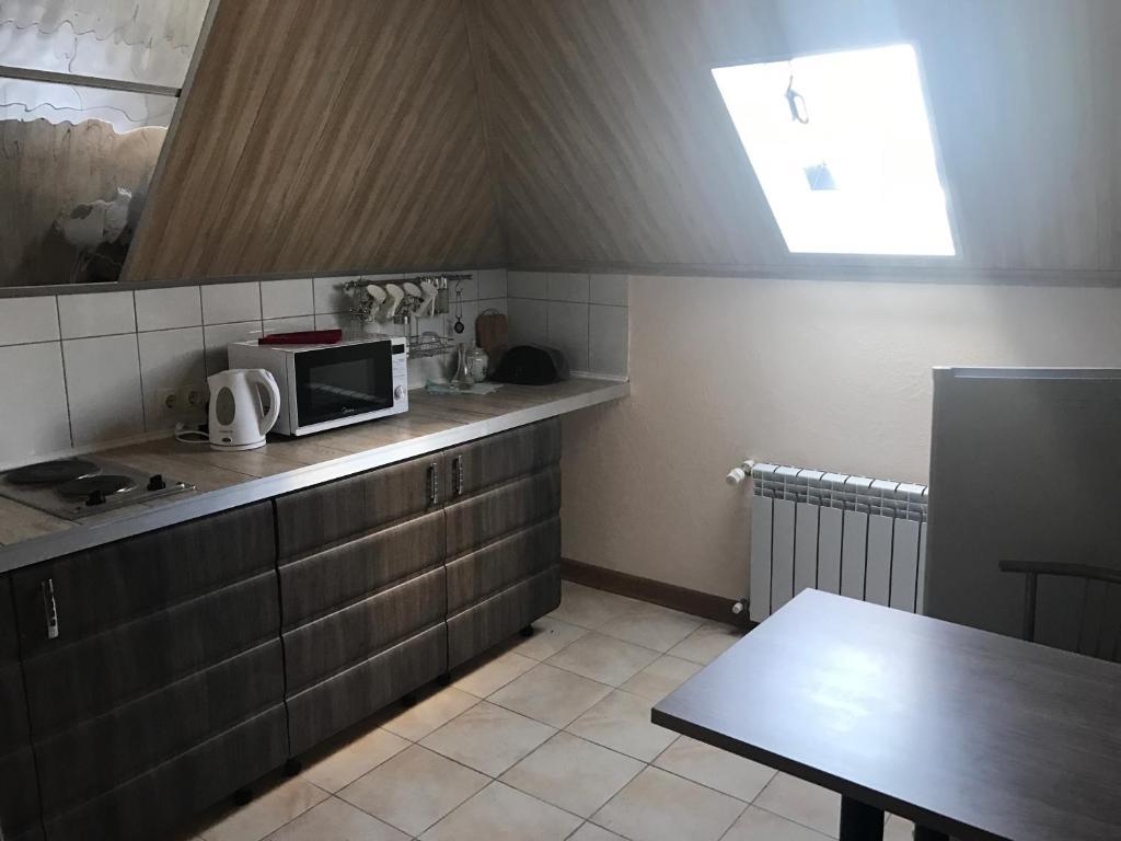 Кухня или мини-кухня в Apartments on Sadovoe Koltso 1