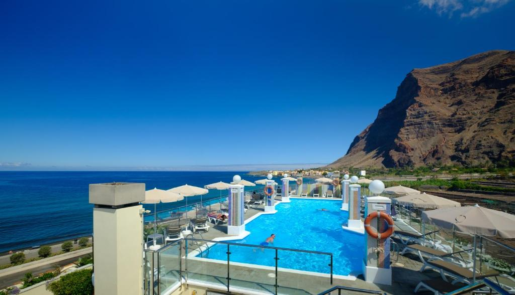 A view of the pool at Hotel Gran Rey or nearby