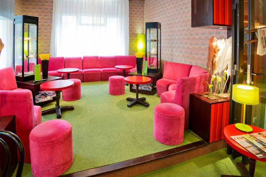 The lounge or bar area at Le Charlet