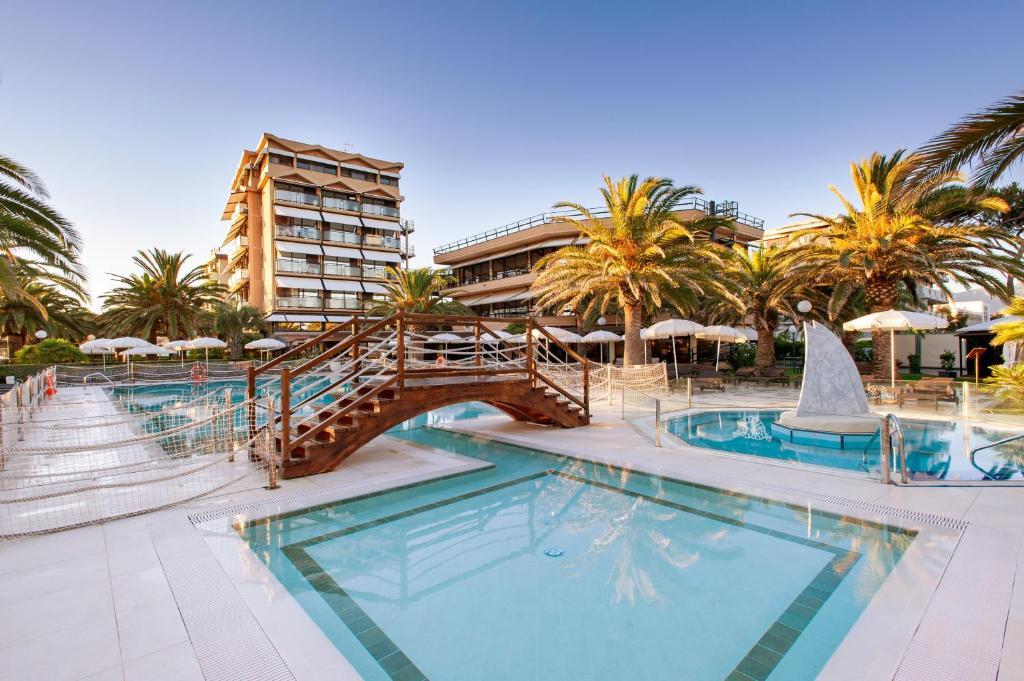 Bazén v ubytování Hotel Caesar Residence & SPA nebo v jeho okolí