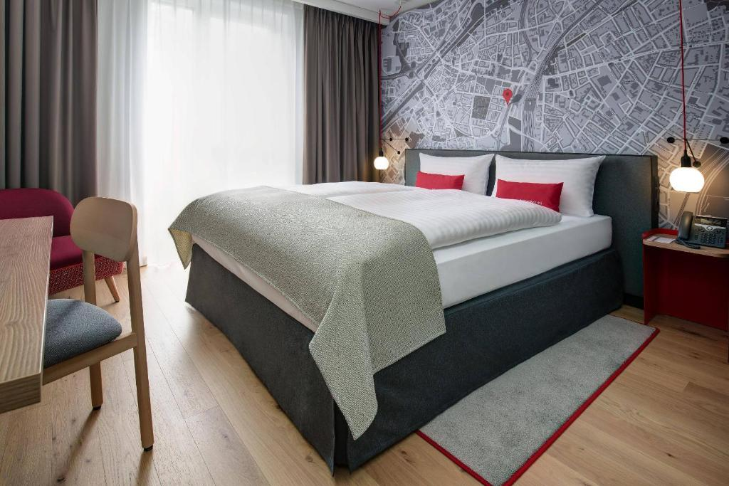 Postel nebo postele na pokoji v ubytování IntercityHotel Duisburg