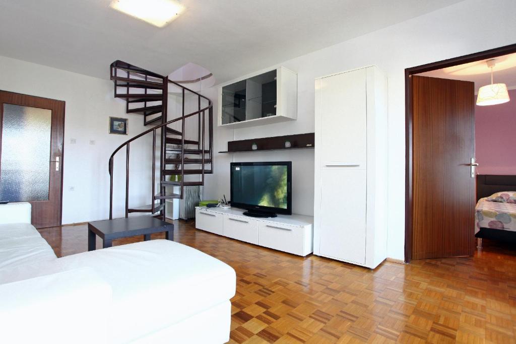 TV in/ali zabaviščno središče v nastanitvi Three-Bedroom Spacious Modern Apartment SS