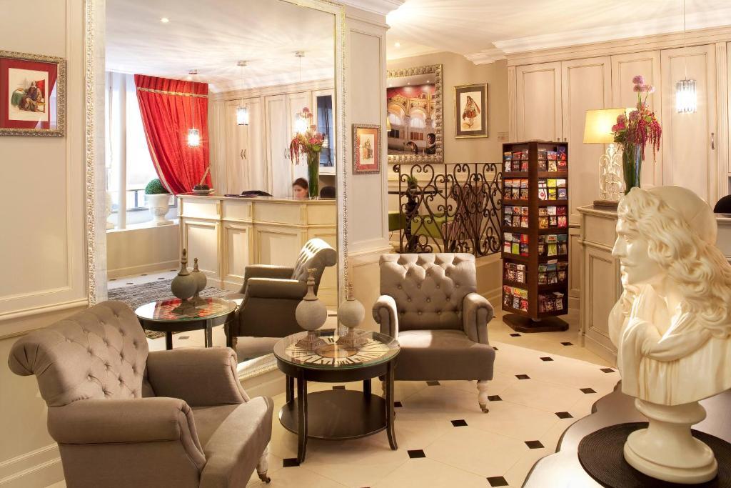 The lobby or reception area at Hôtel des Comédies