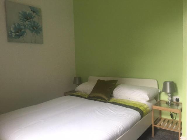 A bed or beds in a room at Townhouse @Richmond Street Stoke