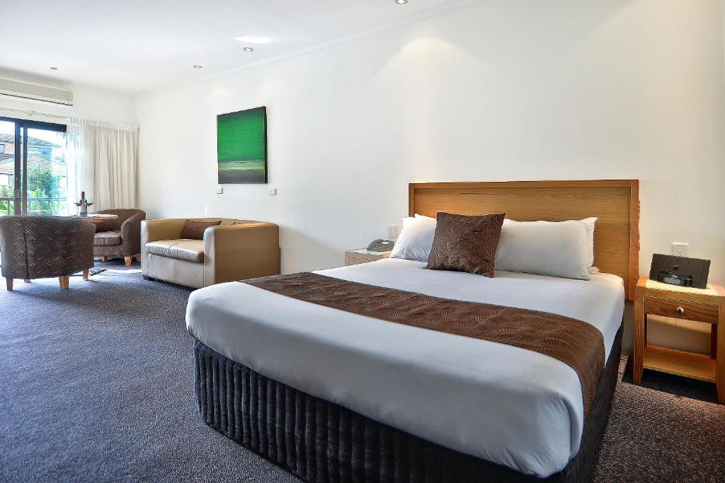 A bed or beds in a room at BEST WESTERN Geelong Motor Inn & Serviced Apartments