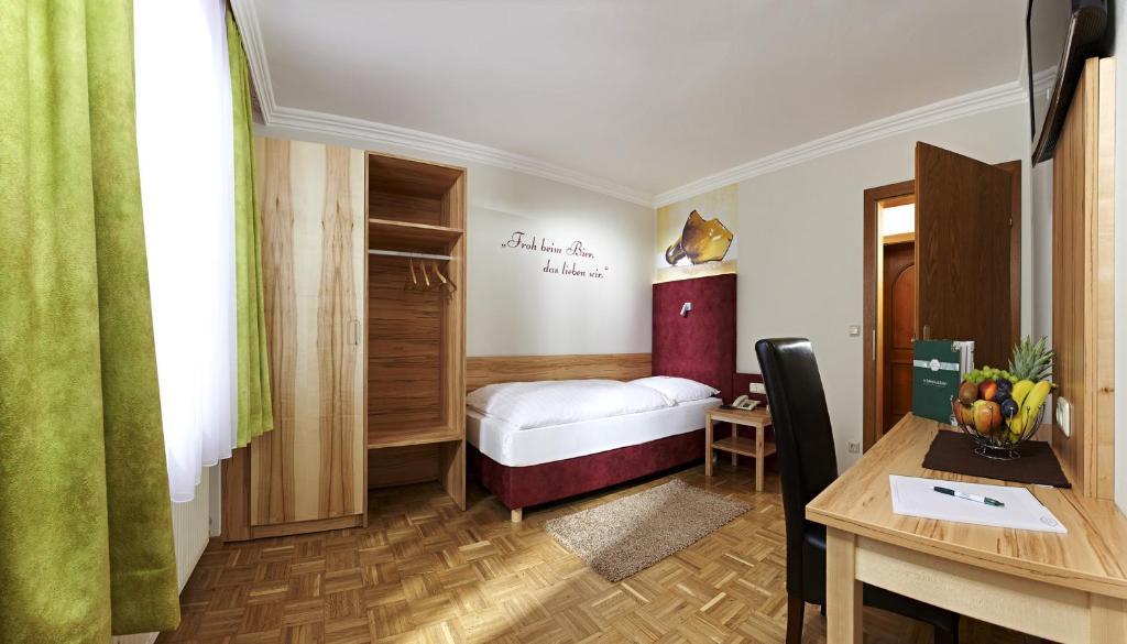Ein Bett oder Betten in einem Zimmer der Unterkunft Biergasthof Riedberg