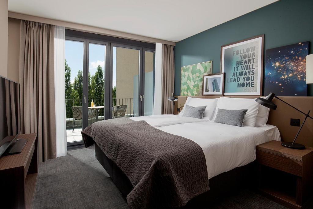 سرير أو أسرّة في غرفة في أكاسا سويتس