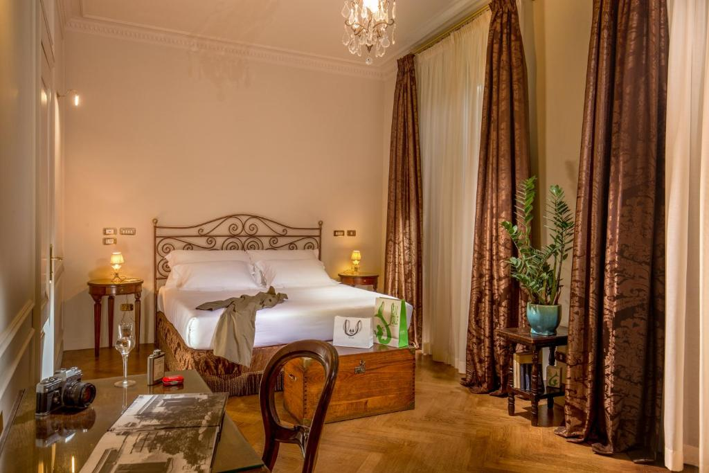 A bed or beds in a room at Hotel Locarno