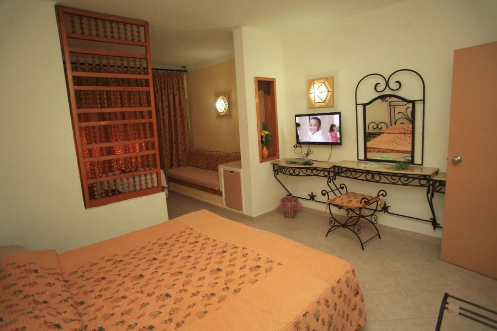 سرير أو أسرّة في غرفة في فندق لا ريزيدنس الحمامات