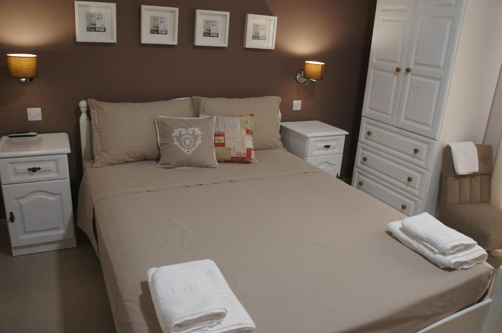 A bed or beds in a room at Ghand in-Nanna B&B