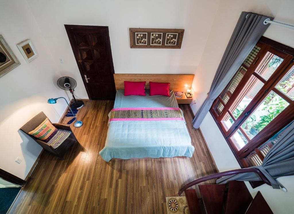 Hanoi Balcony Homestay tesisinde bir odada yatak veya yataklar