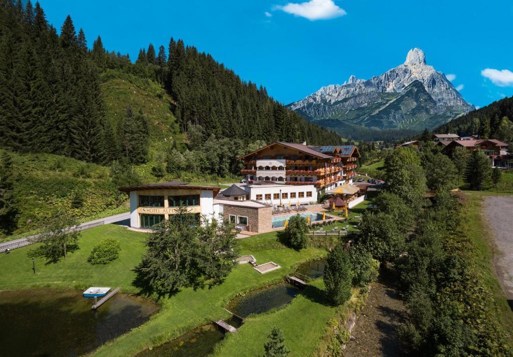 Blick auf Landhotel Alpenhof Filzmoos aus der Vogelperspektive